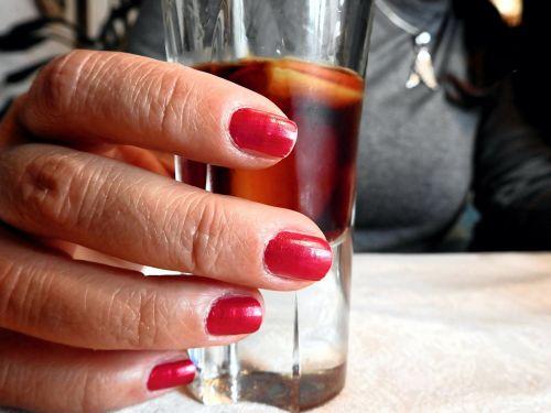 gerti,alkoholis,alkoholinis,naudos iš,skanus,troškulys,nagai,nagai,pirštas,ranka,spiritai,brendis,baras