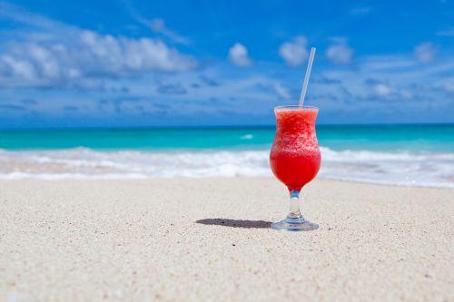 papludimys, gėrimas, karibai, kokteilis, gerti, egzotiškas, stiklas, šventė, vandenynas, rojus, raudona, atsipalaidavimas, smėlis, jūra, dangus, vasara, kelionė, atogrąžų, atostogos, vanduo, gerti paplūdimyje