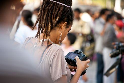 dslr kamera,fotoaparatas,Fotografas,žiūri,moteris,turistinis,fotografija