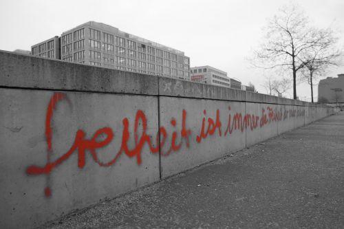 rytus,pusė,galerija,Berlynas,berlin siena,rytų pusės galerija,grafiti,siena,menas,Vokietija,rytų pusės galerija,paminklas,graffity,rytinė šoninė galerija berlinas,citata,rožinis,liuksemburgas,laisvė,harmonija,pažaboti,šaligatvis,vaikščioti,griuvėsiai