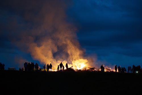 Velykų ugnis,šešėlių žaidimas,naktis
