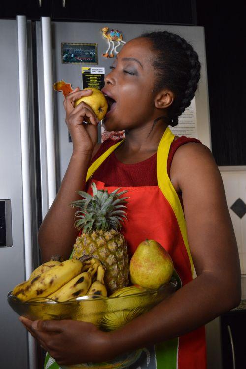vaisiai, sveikata, maistas, skanus, gražus, afrika, afrikiečiai, moteris, motina, raudona, juodmedis, juoda, salotos, virtuvė, virimo, obuolys, mada, sultys, sultingas, kūnas, sveikata, sveikata, šaldytuvas, namas, kambarys, valgyti sveiką maistą