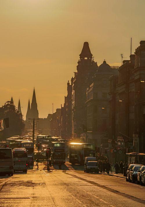 Edinburgas,Princesės gatvė,parduotuvių gatvė,transportas,automobiliai,autobusai,Edinburgo gatvė,saulėlydis