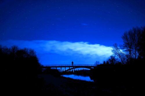 redagavimai,naktis,naktis,žvaigždės,upė,tiltas,debesys,gamta,kraštovaizdis,mėlynas,asmuo,siluetas,tamsi,vakaras,žvaigždė,naktinis dangus,žėrintis,mėlyna naktis,naktinė fotografija