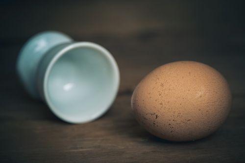 kiaušinis,vištos kiaušinis,maistas,mityba,natūralus produktas,ovalus,valgyti,kiaušinio plekšnė,Uždaryti,vištienos produktas,rudas kiaušinis,kiaušinių puodeliai,natiurmortas,ruda,pusryčiai,baltymas