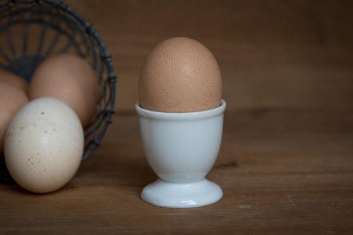 kiaušinis,pusryčių kiaušinis,pusryčiai,kiaušinių puodeliai,virti kiaušiniai,vištos kiaušinis,ruda,natūralus produktas,kiaušinio plekšnė,krepšelis,maistas,gyvūnų maistas,Uždaryti,maisto fotografija