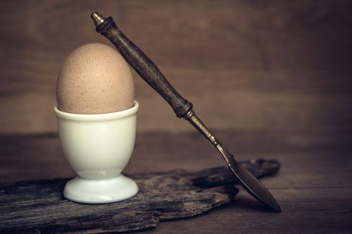 kiaušinis,pusryčių kiaušinis,vištos kiaušinis,rudas kiaušinis,virtas kiaušinis,kiaušinių puodeliai,šaukštas,kiaušinio plekšnė,natūralus produktas,Veganas,pusryčiai,skanus,valgyti,maistas,mityba,gyvūnų maistas,gyvūninės kilmės produktas,Uždaryti,maisto fotografija