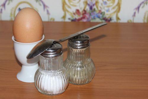 kiaušinis,pusryčių kiaušinis,šaukštas,druska,pipirai,gyvūnų maistas,vištos kiaušinis