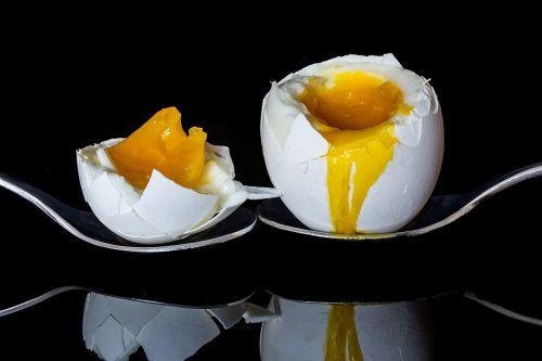 kiaušinis,suskaidytas kiaušinis,virtas kiaušinis,trykas,kiaušinio trynys,baltymas,prapūstas trynys,frisch,pusryčiai,maistas,valgyti,skanus,vištos kiaušinis,krekingo kiaušinio lukštą,minkštas,virti,minkštas virtas kiaušinis,mityba,sveikas,skanus,ant šaukšto gulėti,veidrodis