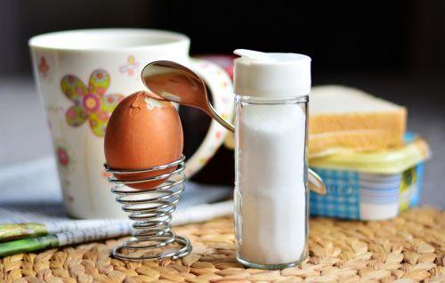 kiaušinis,vištos kiaušinis,pusryčių kiaušinis,ankstyvas vietos nustatymas,pusryčiauti,druskinė,druska,kiaušinio plekšnė,vištienos produktas,rudas kiaušinis,sunaikintas,tvirtovė,pusryčiai,kiaušinių puodeliai,virtas kiaušinis,mityba,šaukštas