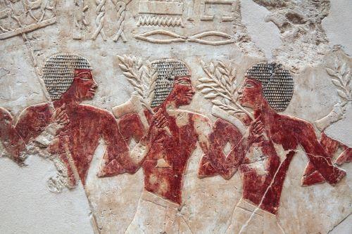 Egipto menas,išsamiai,trys vyrai,vyrai darbe,darbo vyrai,archeologija,šventykla,senovės,Egiptas,egyptian,faraonas,turizmas,akmuo,istorija,religija,architektūra,griuvėsiai,skulptūra,smiltainis,siena,Senovinis,egiptonija,simboliai,raudona,balta,tradicinis,archeologija