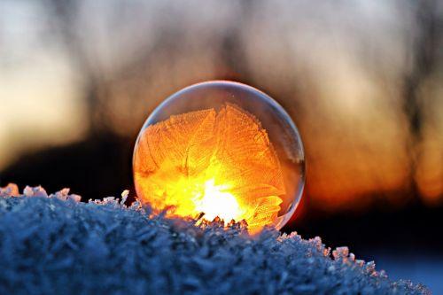 eiskristalio,muilo burbulas,žiema,sušaldyta,sniegas,šaltis,užšalęs burbulas,rutulys,burbulas,šalnos lizdas,užšaldyti,matinis muilo burbulas,afterglow