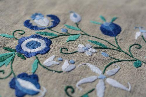 siuvinėjimas,Linas,sriegis,amatų,tekstilė,rankdarbiai,kūrybiškumas,hobis,medžiaga,rankų darbo,siuvimas,modelis,liaudies,dygsnio,dizainas,tekstūra,ornamentas,rankdarbiai,gėlės,mėlynas,balta,drobė,gėlių