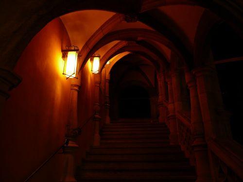 atsiradimas,įvestis,skydas,keller,trepp,arcade,arka,praėjimas,tamsi,šviesa,vaiduoklis,naktis,apšvietimas,žibintas,lempa,architektūra,senovės,romantika,romantiškas