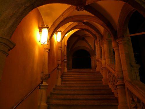 atsiradimas,įvestis,skydas,keller,trepp,arcade,arka,praėjimas,tamsi,šviesa,naktis,apšvietimas,žibintas,lempa,architektūra,senovės,romantika,romantiškas