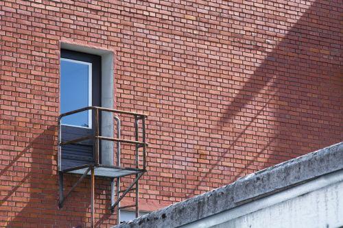 avarinis išėjimas,siena,durys,galva,balkonas,farbenspiel,raudona,mėlynas,senas,industrija,tinklelis,pastatas,įvestis,fasadas,plyta