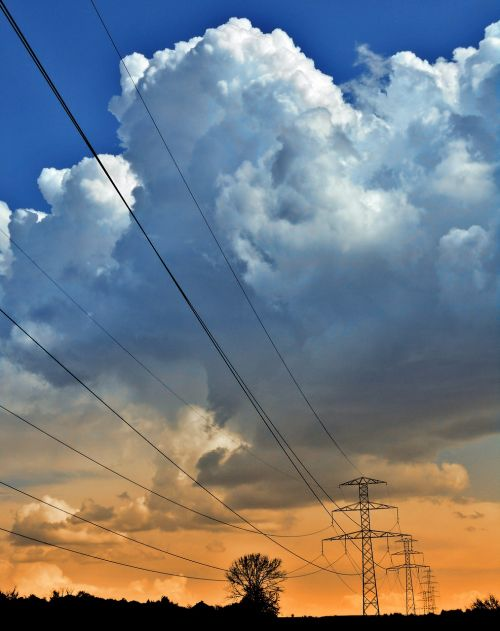 energetika,perdavimo linija,jėgos linija,dabartinis,energija,elektros linija,energetikos tinklas,viešbutis,debesys,įkelti,įtampa,trauka,laidai,kabeliai,polių
