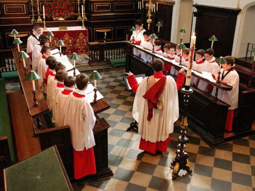 Anglija,berniukų choras,Britanija,bažnyčia,drabužiai,praktikuojantis,viduje,dainuoti,dainininkai