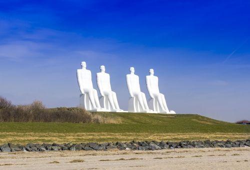 esbjerg,baltieji vyrai,skulptūra,denmark,4 sėdintys vyrai,balta