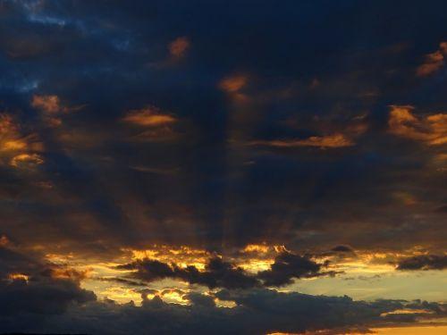 vakarinis dangus,debesys,gewitterstimmung,saulėlydis,dangus,apšvietimas,atmosfera,afterglow,gamta,Wolkenspiel,saulės spindulys,spinduliai,abendstimmung,twilight,dusk,oras,oranžinė,mėlynas,dramatiškas dangus,nuotaika,spalva,vasaros audra,dramatiškas,saulė,vakaras,natūralus spektaklis