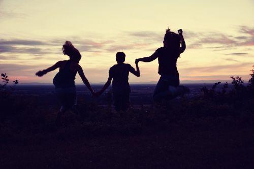 šeima,saulėlydis,Draugystė,draugai,vasara,šokinėti