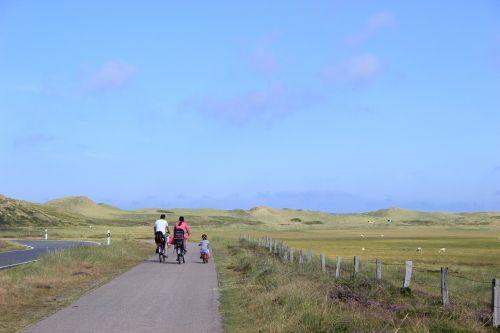 šeima,dviračiu,dviratis,kraštovaizdis,vasara,dangus,Šiaurės jūra,sylt,pasivažinėjimas dviračiu,dviračių kelionė,dviračių takas,laisvalaikis,ratas,toli,dviratininkai,Dviračių takas,šventė