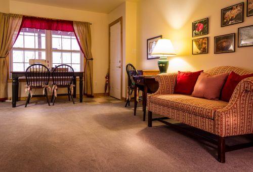 šeimos kambarys,Svetainė,siuvimo kambarys,amatų kambarys,bonus room,sofa,kilimas,staliukai,užuolaidos,langas,interjero dizainas,kabantys paveikslėliai,meno kūriniai,lempa