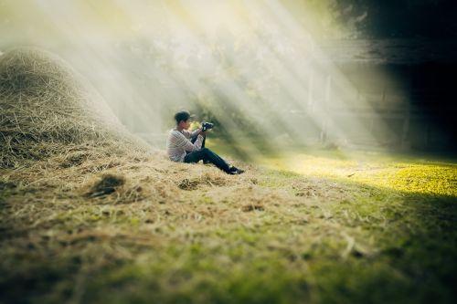 ūkininkas,laosas,berniukas,kaimas,krūvos šieno,šviesa,sėdi,vienas,vaikas