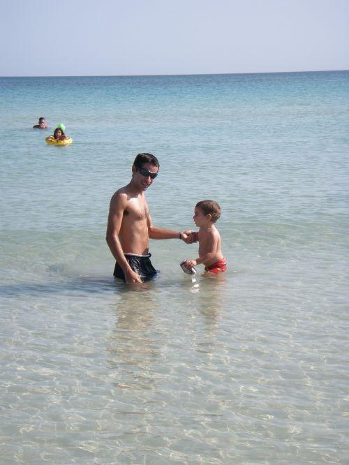 tėvas,sūnus,berniukas,vyras,vanduo,vandenynas,šeima,maudytis,maudytis,papludimys,šventė