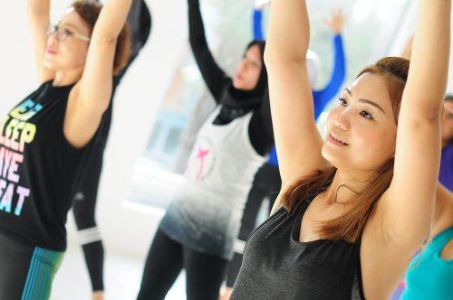 Moteris,grupė,fitnesas,sportuoti