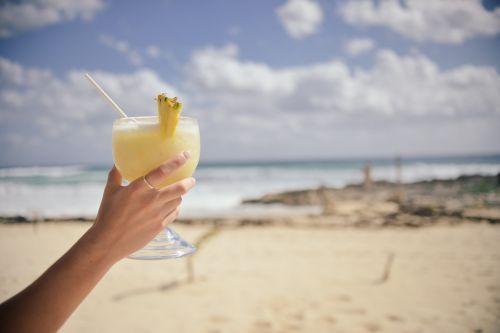 Moteris,ranka,ūkis,kokteilis,stiklas,didelis,gėrimas,šaltas,atsipalaidavimas,atostogos,šventė,atsipalaidavimas,papludimys,gerti,vaisių,ananasai,Pina Colada,gyvenimo būdas