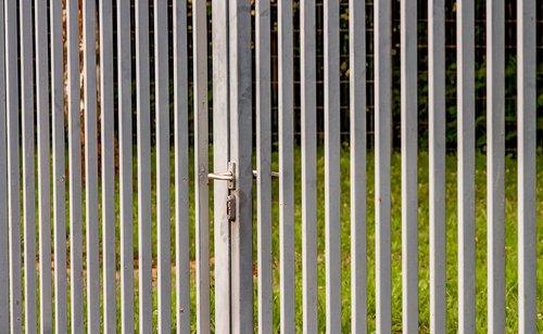 tvora, metalo, metalo tvora, geležies, padengta cinku, cinko, traukės, pilis, dirbti, tikslas, durų, Sodas, pilka, žalias, geležies tvora, metalo rėmai, tinklelis, metalo vartai, architektūra, struktūra