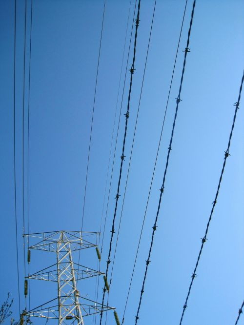 pilonas, laidai, kabeliai, paraleliai, tvoros ir elektros kabeliai