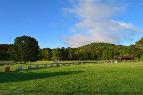 laukas,saulėtekis,žalias,žolė,dangus,mėlynas,debesys,vasara,pieva,žalias laukas,kraštovaizdis,kaimas,saulėtas,horizontas,kalnas,medžiai,tvora,šešėlis,lauke