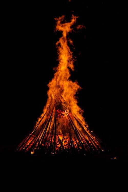 Ugnis,karštas,šiluma,mistinis,romantiškas,creepy,tamsi,deginti,liepsna,vasaros sezonas,blaze,raudona,geltona,naktis,saulėgrįža,st John diena,Jono diena,atminties ugnis,vasaros saulėgrįža,san juano naktis,festivalis,muitinės,evoliucinis,los diena,populiarus tikėjimas,vasaros šventės,prieskoninis ugnis,simbolika,saulė,deginimas,tamsa