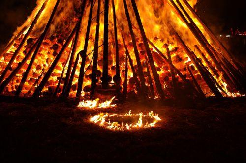Ugnis,gaisriniai rajonai,karštas,šiluma,deginti,liepsna,vasaros sezonas,blaze,raudona,geltona,tamsi,naktis,saulėgrįža,st John diena,Jono diena,atminties ugnis,vasaros saulėgrįža,san juano naktis,festivalis,muitinės,evoliucinis,los diena,populiarus tikėjimas,vasaros šventės,prieskoninis ugnis,simbolika,saulė,raganos ugnis,magija,karščio banga