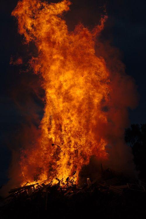 Ugnis,dangus,liepsna,šiluma,debesys,vakaras,naktis,mediena,ugnies šviesa,angelai,dūmai,filialas,laužavietė,vasaros sezonas,saulės spindulių ugnis,deginti,karštas,medžio ugnis,šviesus,heiss,raudona,weissglut,prekinis ženklas,fonas,jaukus