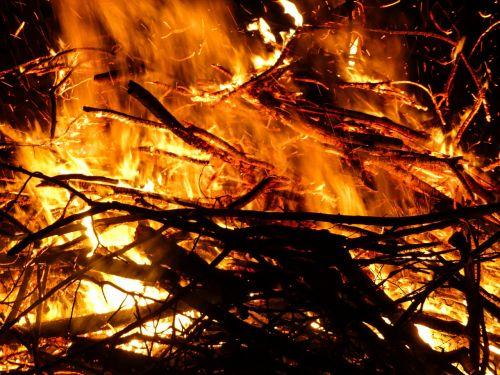 Ugnis,Velykų ugnis,liepsna,Velykos,laužavietė,blaze,pabaiga,medžio ugnis,angelai,deginti,šiluma,karštas,mediena,židinys,prekinis ženklas,žėrintis,geltona,radijas,ugnies ratas,laidotuvių pyragas,estetinis,malkos,inferno,pragaras