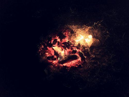 Ugnis,angelai,židinys,naktis,tamsi,šiluma,šiltas,karštas,liepsna,deginti,šviesa,mediena,laužavietė,juoda,šiluma,deginimas,oranžinė,anglis