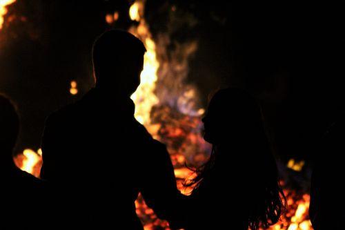Ugnis,meilė,laužavietė,romantiškas,deginti,romantika,liepsna,Valentino diena,blaze,heiss,deganti meilė,jausmai,karštas,naktis,šviesus,liepsna meilė,liepsna,moteris,mergaitė,vyras,berniukas,siluetas,mėgėjai,sommerfest