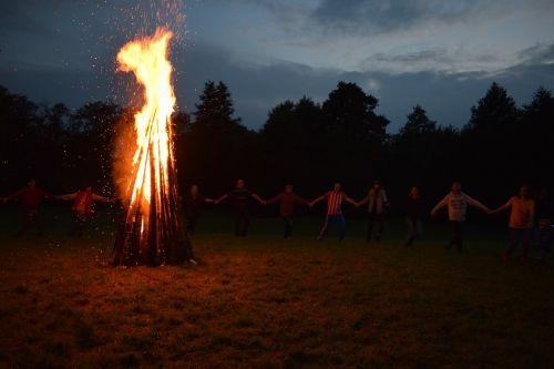 Ugnis,laužas,šokiai,žmonės,kartu,didelis,aukštas,naktis,lauke,malkos,židinys,kempingas,vakaras,iškylai,stovykla,tradicijos,kultūra,dainuoti,lietuviu,šventė