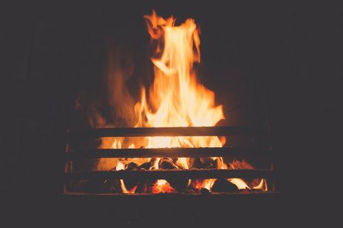 Ugnis,židinys,liepsna,karštas,deginti,šiluma,šiltas,šiluma,šildymas,užsiliepsnoti,ugnis,jaukus,ugnis,židinys,švytėjimas,žėrintis,romantiškas,blaze