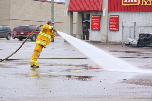 gaisrininkas, žarna, skalbimas, ugniagesių žarijų plovimas