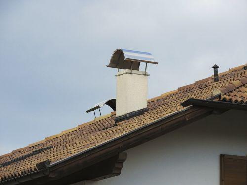 židinys,stogas,stogo smailės,kaminas,namelis,namai,pastatas,architektūra,stogo konstrukcija