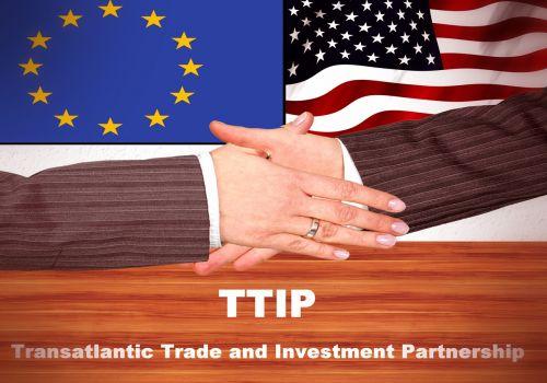 vėliava,ranka,ttip,Europa,usa,tarptautinis,visuotinis,laisvosios prekybos susitarimas,transatlantinė,prekyba,investicinė partnerystė,globalizacija,Laisvoji prekyba,investavimo apsaugos sutartis,tarptautinė sutartis,Europos Sąjunga,tarptautinis bendradarbiavimas,ekonomika,atsakomybė,Pasaulinė prekyba,žaliavos