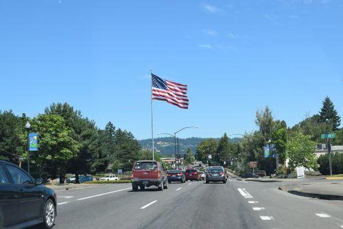 vėliava,usa,kelias,dangus,ketvirtasis liepos mėn .,Liepos 4 d .,liepos ketvirtoji,automobiliai,kelionė,vairuoja,žvaigždės ir juostos,raudona,balta,mėlynas,simbolis,žvaigždutė spangled baneris