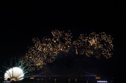 liepsna,festivalis,naktinis vaizdas,naktinis dangus,jūra,tiltas,fejerverkų festivalis,blaze,naktinis dangus