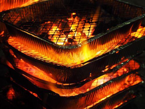 liepsna,Ugnis,nekontroliuojamas,prekinis ženklas,karštas,pavojingas,labai pavojinga,Grilis,vienkartinis grilis,Barbekiu,medžio anglis,deginti,anglies,angelai