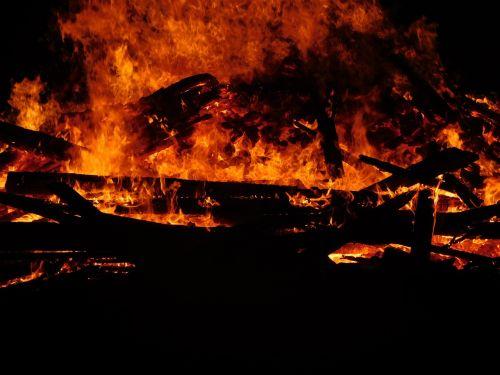 liepsna,deginti,laužavietė,Ugnis,karštas,oranžinė,Uždaryti,šiluma,ugnies liepsnos ugnis,medžio ugnis,išvirtimas,raudona,švytėjimas,deginant medieną,deginti medieną,evoliucinis