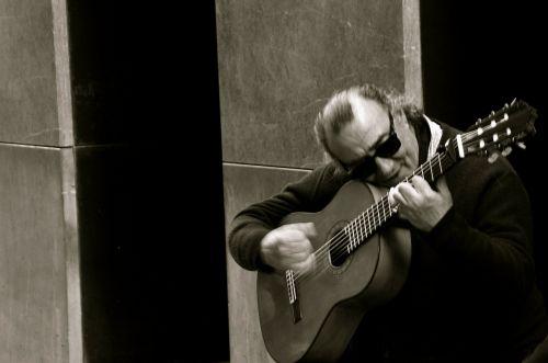 flamenko,gitara,ispanų gitara,akustinė,ispanų,muzika,daina,instrumentas,vyras,ranka,Iš arti,koncentracija
